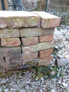Wildtiere nutzen die Zwischenräume loser Ziegelmauern.
