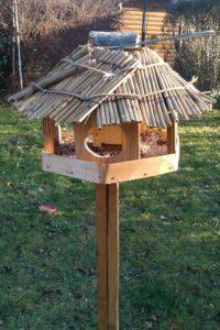 Riedgedecktes Vogelhäuschen